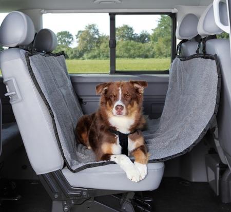 Szaro-czarna mata samochodowa z otworami na pas dla psa - 160x145 cm